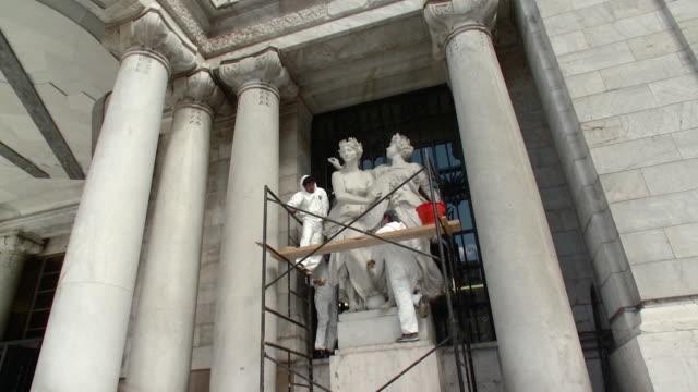 vídeos y material grabado en eventos de stock de ws la fine arts palace workers cleaning statues / mexico city, mexico - producto artístico