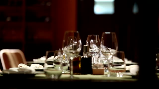 stockvideo's en b-roll-footage met fine dining restaurant set - rangschikken