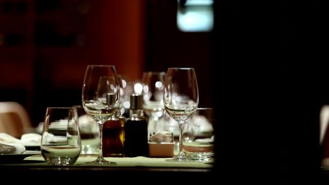 vídeos de stock e filmes b-roll de fine dining restaurant set - elegância