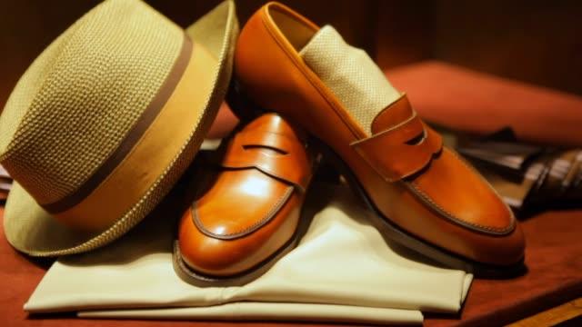 vídeos de stock e filmes b-roll de fine men's clothing -hat, shoes and umbrella - loja de roupa