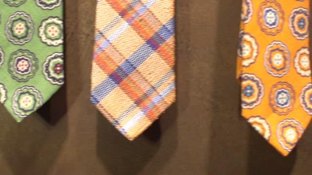 feine männerkleidung-neckties - krawatte stock-videos und b-roll-filmmaterial