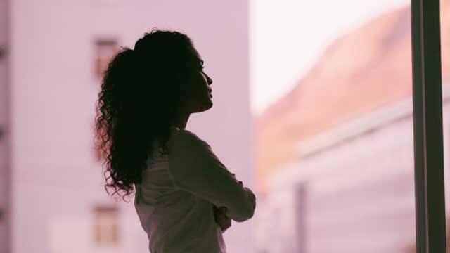 vidéos et rushes de peaufinez votre réflexion pour faciliter la transformation - femme d'affaires