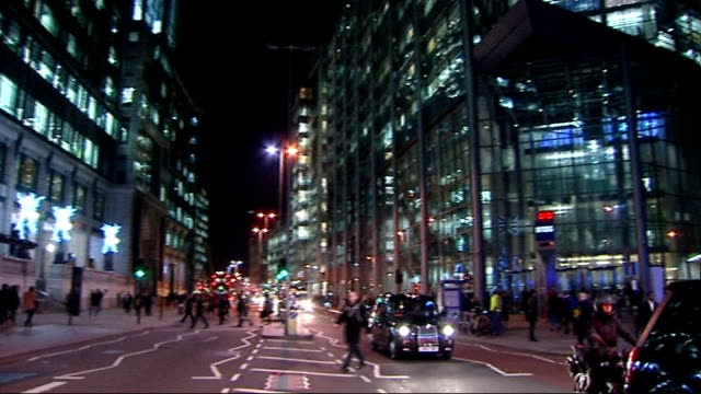 rbs fined over its part in rigging interest rates ext / night traffic along past rbs headquarters building pan - tauwerk stock-videos und b-roll-filmmaterial