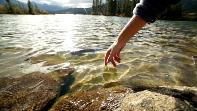 Finger Details Oberfläche des mountain lake