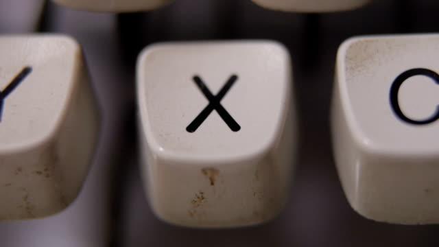 vídeos y material grabado en eventos de stock de dedo escribiendo la letra x en máquina de escribir antigua, retro. - letra x