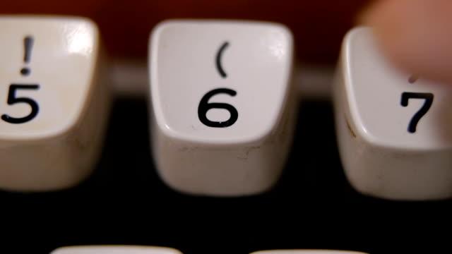 vidéos et rushes de doigt frappe numéro 6 sur la machine à écrire ancienne, rétro - number 6