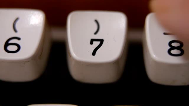 vídeos de stock, filmes e b-roll de os dedos digitando número 7 na máquina de escrever antiga, retro - número 7