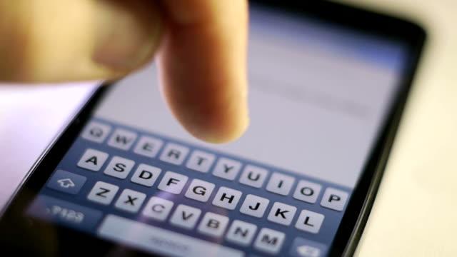 dita digitando un messaggio di testo - dito umano video stock e b–roll