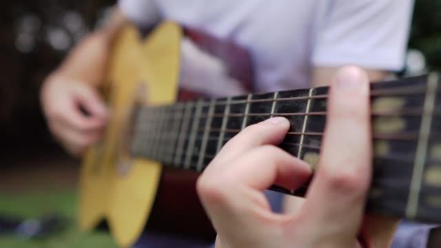 finfsning på akustisk gitarr - människofinger bildbanksvideor och videomaterial från bakom kulisserna