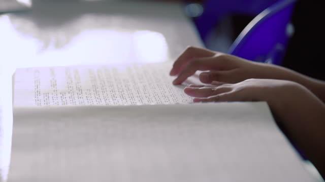 vídeos de stock, filmes e b-roll de os dedos toquem braille na página de um livro. - persiana artigo de decoração