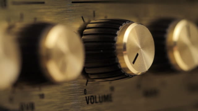 vídeos de stock e filmes b-roll de cu fingers turn up volume knob on amplifier / london, uk  - barulho