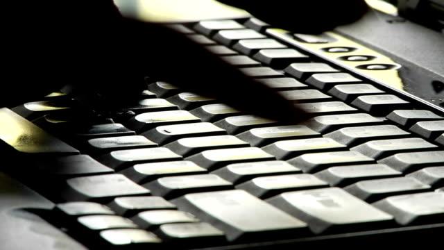 vídeos y material grabado en eventos de stock de dedos de las manos escribiendo en el teclado de ordenador - dispositivo de entrada