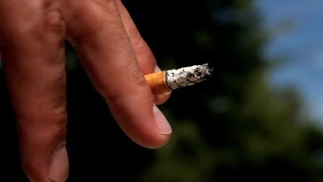 hd-finger mit rauchen zigarette - zigarettenstummel stock-videos und b-roll-filmmaterial