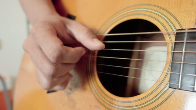 fingerstyle gitarrist - akkord stock-videos und b-roll-filmmaterial