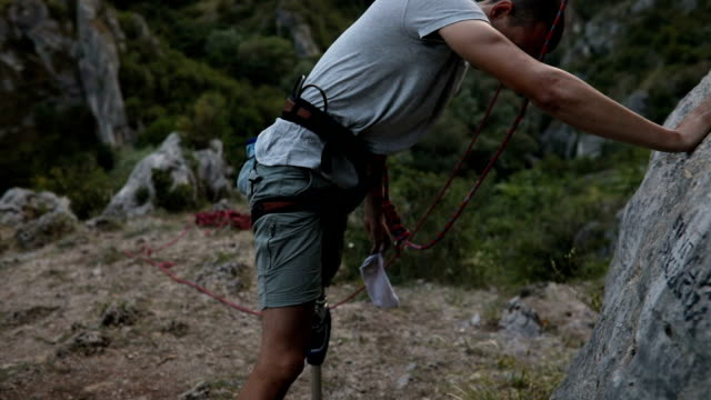 stockvideo's en b-roll-footage met klaar met het klimmen - prothesen