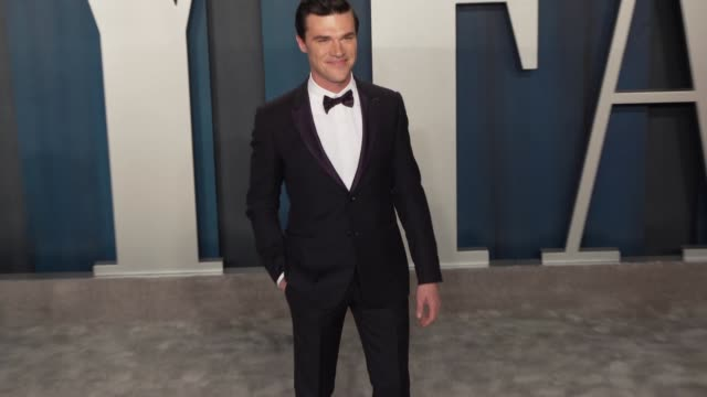 vídeos de stock e filmes b-roll de finn wittrock at vanity fair oscar party at wallis annenberg center for the performing arts on february 09, 2020 in beverly hills, california. - vanity fair oscar party