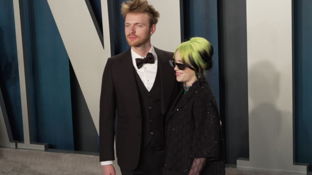 vídeos y material grabado en eventos de stock de finneas o'connell and billie eilish at 2020 vanity fair oscar party hosted by radhika jones at wallis annenberg center for the performing arts on... - billie eilish
