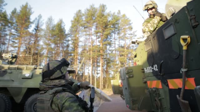 vídeos y material grabado en eventos de stock de finnish and swedish soldiers with 71st motorized infantry battalion train in sweden for exercise trident juncture 18. - infantería