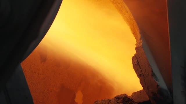 vídeos y material grabado en eventos de stock de fire and heat in the oven - bronceado