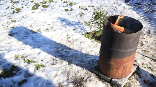 fire barrel - stahlfass stock-videos und b-roll-filmmaterial