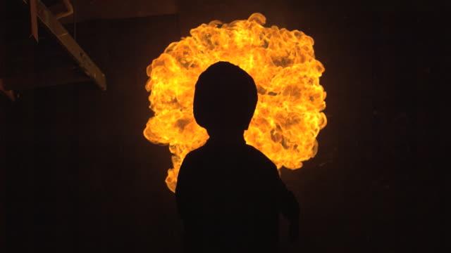vídeos y material grabado en eventos de stock de fire building up around head and torso shape (good for insert) - contraluz