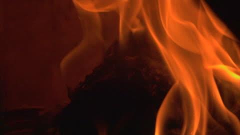 vídeos y material grabado en eventos de stock de fuego quema madera super slow motion - quemado
