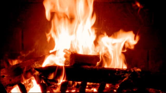 fire burning in fireplace - whatif点の映像素材/bロール