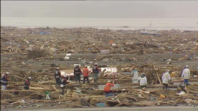 vídeos y material grabado en eventos de stock de fire crew searching through wreckage caused by a tsunami rikuzentakata japan march 2011 - maremoto