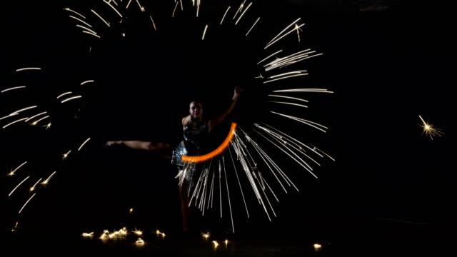 feuertanz. feuer-performer. - swing tanz stock-videos und b-roll-filmmaterial
