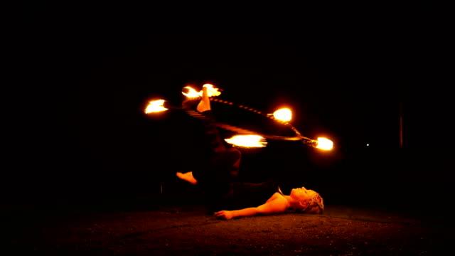 feuer tänzer, feuer-performer. - zirkusveranstaltung stock-videos und b-roll-filmmaterial