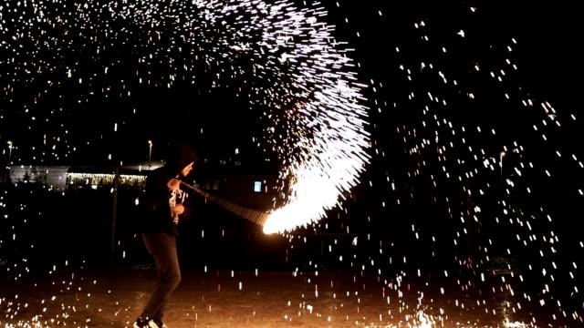 ballerini di fuoco swing fuoco danza spettacolo di fuoco spettacolo - acrobata video stock e b–roll