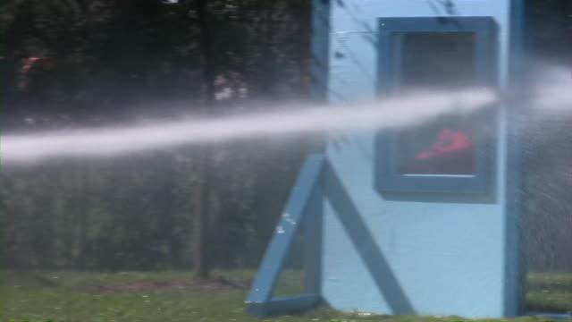 消防署のオープンハウス:firefighters –救助および安全機器 - 消火ホース点の映像素材/bロール