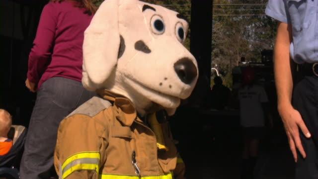vidéos et rushes de pompier open house;: présenter les pompiers sauvetage et équipement de sécurité. - pompier