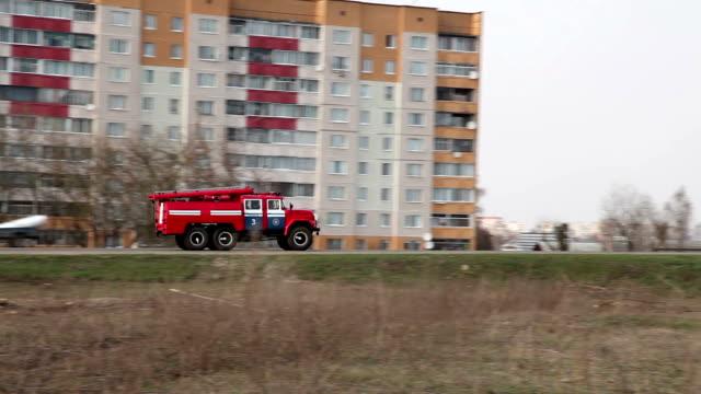 vídeos y material grabado en eventos de stock de departamento de bomberos de vehículo en el camino para llegar en automóvil - parque de bomberos