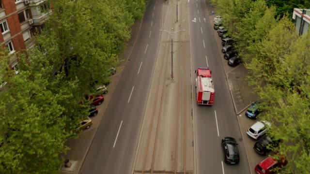 stockvideo's en b-roll-footage met het voertuig dat van de brandweer door de stad reist - reddingswerker