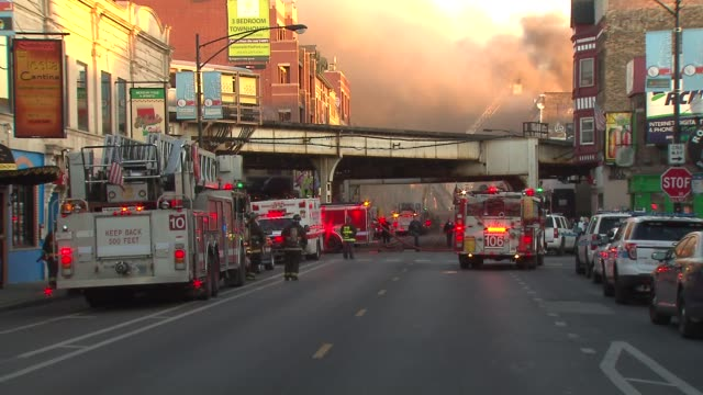 vidéos et rushes de a fire destroyed 3 wrigleyville businesses the samah hookah lounge the roadhouse 66 and thai classic there were no injuries scene of fire in... - métro de chicago