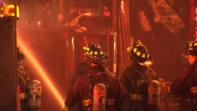 stockvideo's en b-roll-footage met a fire destroyed 3 wrigleyville businesses the samah hookah lounge the roadhouse 66 and thai classic there were no injuries firemen using fire hose... - fire hose