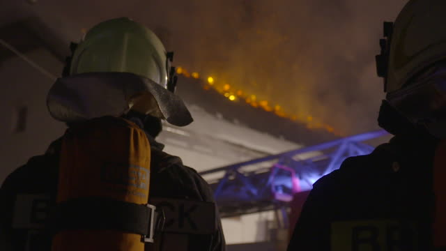 fire destroys firefighters - geografische lage stock-videos und b-roll-filmmaterial