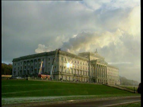 fire destroys part of stormont building fire destroys part of stormont building northern ireland belfast stormont ext stormont with smoke billowing... - ストーモント点の映像素材/bロール