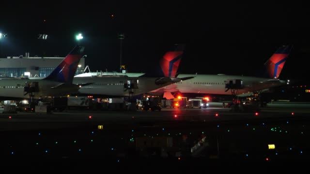 stockvideo's en b-roll-footage met fire engine and planes at the atlanta international airport - bord in geval van nood
