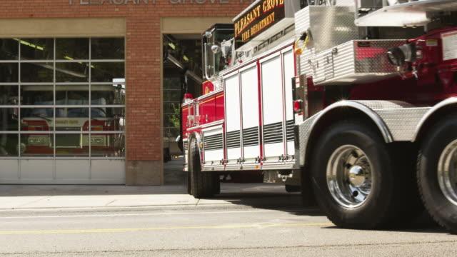 vídeos y material grabado en eventos de stock de ms fire engine leaving garage, pleasant grove, utah, usa - parque de bomberos