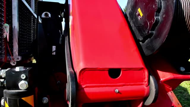 vídeos de stock, filmes e b-roll de hd: bombeiros com windlass - cilindro veículo terrestre comercial