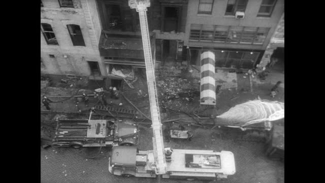 vidéos et rushes de fire engines parked haphazardly outside a corner apartment building in manhattan / smoke pours from top of building / burned out sections of building... - catastrophe naturelle