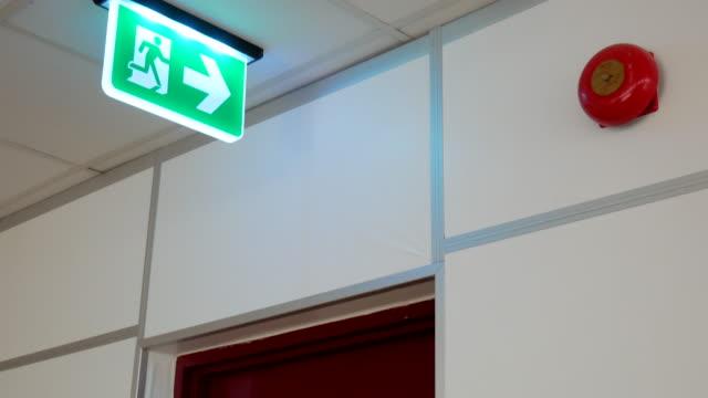vídeos y material grabado en eventos de stock de signo y puerta de escape de fuego - señal de salida señal de dirección