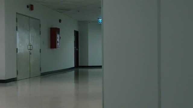 vídeos y material grabado en eventos de stock de puerta de salida de incendios-dolly - señal de salida señal de dirección