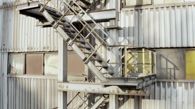 vidéos et rushes de escaliers d'évacuation d'incendie à l'extérieur de l'usine - moving up