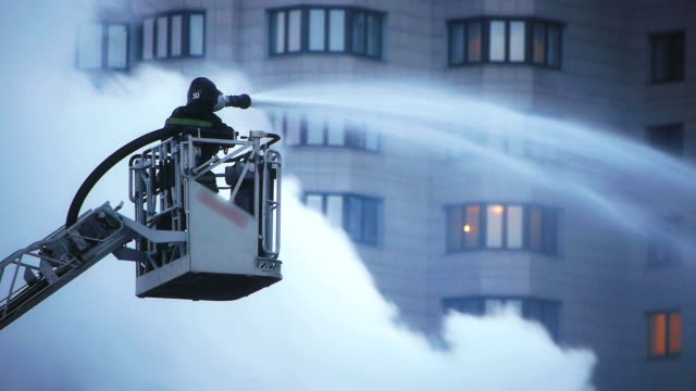 fire fighter bei intensiven Feuer extinguishment