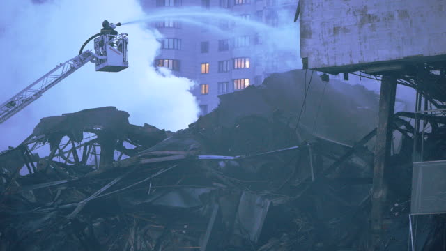 stockvideo's en b-roll-footage met fire fighter during intense fire extinguishment - keukentrap