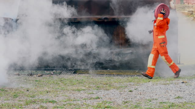 fire fighter praxis in rauch - retter rettungsaktion stock-videos und b-roll-filmmaterial