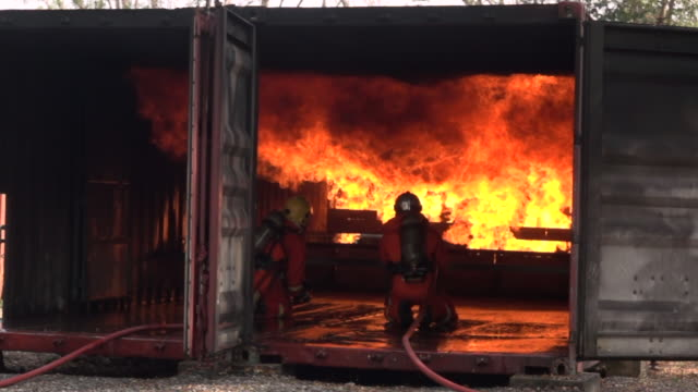 vídeos y material grabado en eventos de stock de fire fighter práctica lenta - parque de bomberos